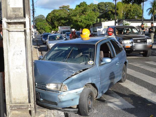 Carro bate em poste em João Pessoa (Foto: Walter Paparazzo/G1)