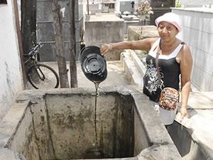 Senhora encontra lama em reservatório de água de cemitério em Várzea Grande (Foto: Dhiego Maia/G1)