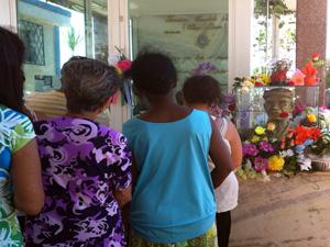 Fiéis visitam túmulo de Chico Xavier em Uberaba (Foto: Graziela Oliveira)