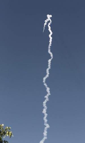Imagem feita próximo à base militar israelense de Palmachim mostra o lançamento do foguete israelense nesta quarta-feira (2) (Foto: AFP)