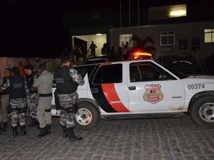 Polícia transfere suspeitos de Cruz do Espirito Santo (Foto: Walter Paparazzo/G1)