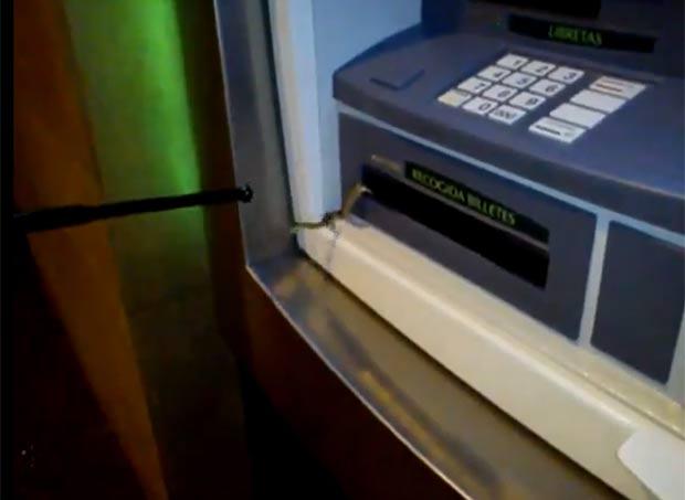 Cliente encontrou cobra quando foi sacar dinheiro em caixa automático. (Foto: Reprodução/YouTube)