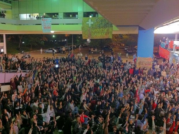 Estudantes decidiram em assembleia desocupar prédio na USP (Foto: Carolina Iskandarian/G1)