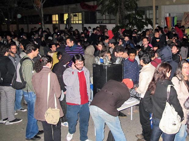 Estudantes se reúnem em frente ao prédio da reitoria da USP na noite desta quinta-feira (3)  (Foto: Marcelo Mora/G1)
