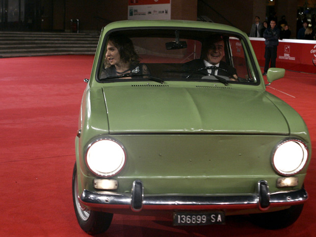 Fiat 850 entrou no tapete vermelho com os atores Valeria Golino e Luca Zingaretti (Foto: Riccardo De Luca/AP)