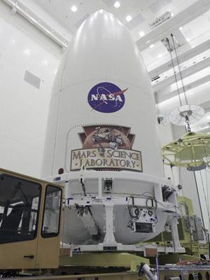 Mars Science Laboratory está dentro do cargueiro Atlas V, esperando pelo lançamento a Marte (Foto: Nasa/Kim Shiflett )