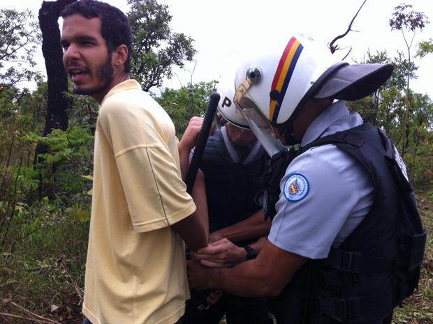 14 manifestantes que defendem área indígena no Noroeste, em Brasília, foram presos por policais militares depois de tentarem impedir que as construtorem inciassem as obras (Foto: Mariana Zoccoli/G1)