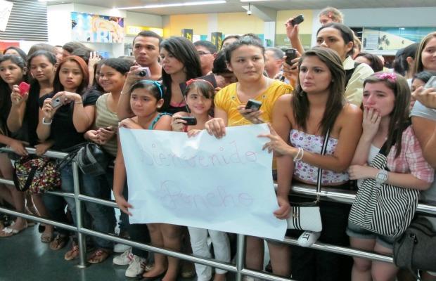 Adolescentes aguardavam pelo ator desde a manhã desta quarta-feira (2) (Foto: Anderson Vasconcelos/G1)