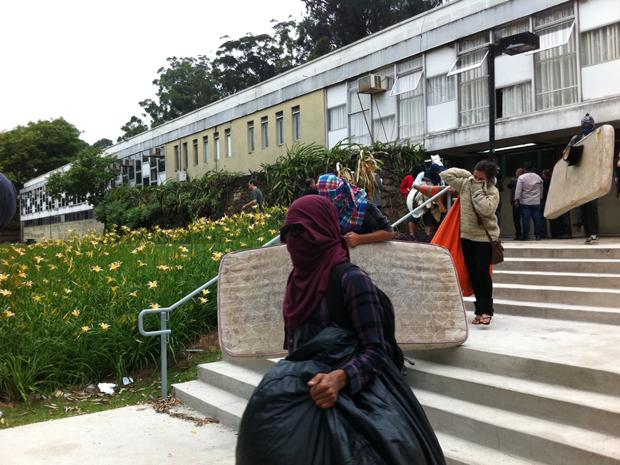 Após uma semana, estudantes deixam prédio (Foto: Marcelo Mora/G1)