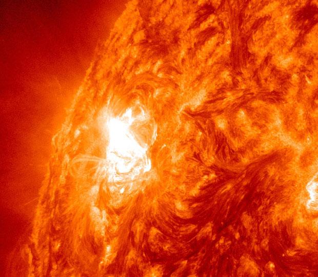 A imagem mostra uma mancha solar gigante, registrada nesta quinta (3). A região do Sol onde a mancha foi encontrada está sendo chamada de 'monstro benevolente' pelos cientistas. Depois de anos relativamente calmo, o Sol tem tido muitas tempestades recentemente (Foto: AP Photo/Nasa)