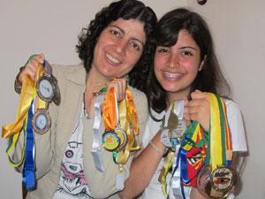 Maria Renilda e Tábata exibem a coleção de medalhas (Foto: Vanessa Fajardo/ G1)