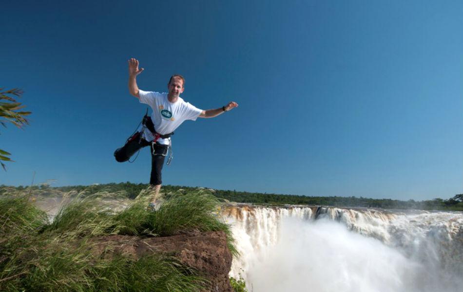 Waldemar Niclevicz se prepara para atravessar as Cataratas do Iguaçu (Foto: Zig Koch/Divulgação/Cataratas S.A)