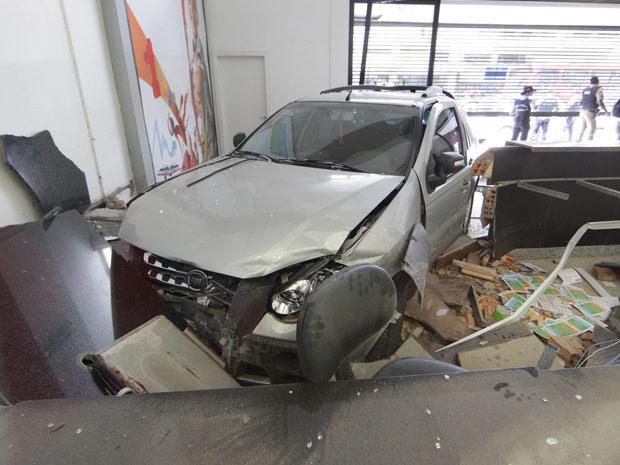 Um carro invadiu uma central de atendimento da prefeitura nesta sexta-feira (4) no centro de Belo Horizonte. De acordo com o Corpo de Bombeiros, uma pessoa foi atingida e teve ferimentos leves. O motorista do veículo disse que passou mal e, por isso, perdeu o controle do carro. Ele não ficou ferido.  (Foto: Alex de Jesus/O Tempo/ AE)