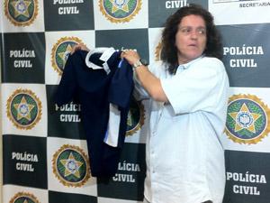 Delegada Márcia Julião mostra camisa usada por suspeito (Foto: Mylène Neno/G1)