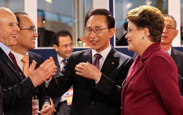 Mais tarde, Dilma participou de sessão de trabalho na cúpula de líderes do G20. Na foto, Dilma conversa com o ministro da Fazenda, Guido Mantega, e com o presidente da Coreia, Lee Myung-bak. (Foto: Roberto Stuckert Filho / Presidência)