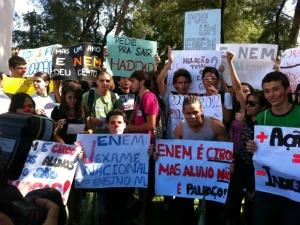 Estudantes em manifestação na sexta-feira (28) (Foto: André Teixeira/G1)