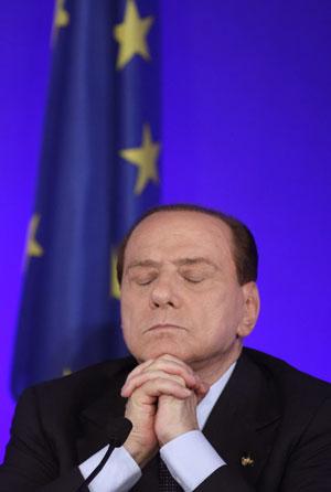 Silvio Berlusconi participa de coletiva de imprensa nesta sexta (4) em Cannes, onde ocorrem as reuniões do G20 (Foto: AP)