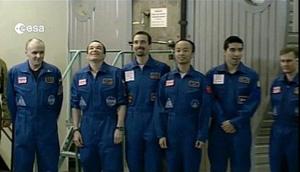 Os seis participantes do Mars500 posam para foto após o fim do projeto (Foto: ESA/AFP)