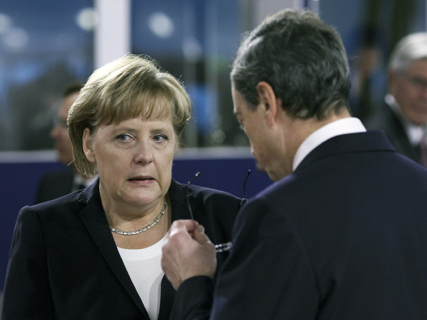 Angela Merkel conversa com presidente Banco Central Europeu, Mario Draghi (Foto: Reuters)