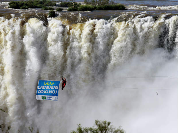 Waldemar Nicleviz atravessou as Catataras do Iguaçu numa tirolesa (Foto: Christian Rizzi/Agência de Notícias Gazeta do Povo/AE)