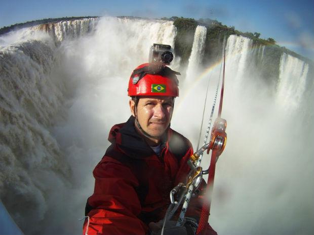Alpinista Waldemar Niclevicz durante o percurso  (Foto: Divulgação/Cataratas S.A)