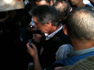 Oficial de Justiça chega ao prédio da reitoria (Foto: Raphael Prado/G1)