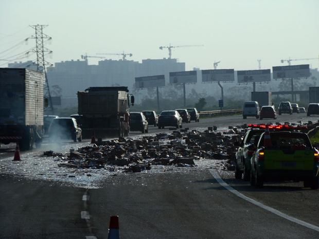 Ninguém ficou ferido; congestionamento começa do quilômetro 22 e se estende até o 16,5. (Foto: Régis Rivera Ribeiro/VC no G1)