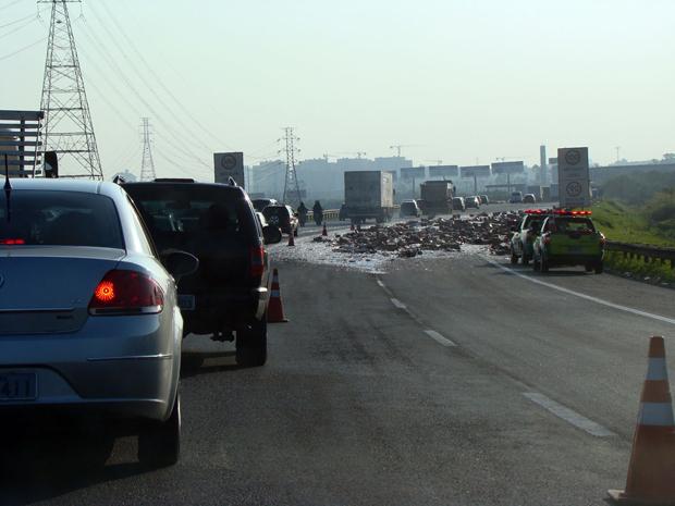 Acidente aconteceu às 17h35 no sentido São Paulo da via (Foto: Régis Rivera Ribeiro/VC no G1)