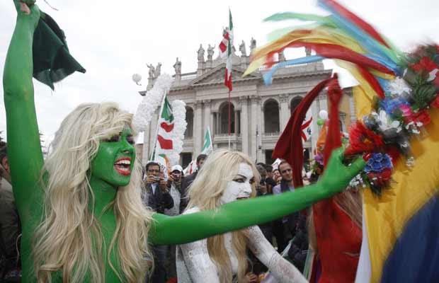 Ativistas do grupo feminista Femen pintam-se nas cores da bandeira italiana durante protesto neste sábado (5) em Roma (Foto: AP)