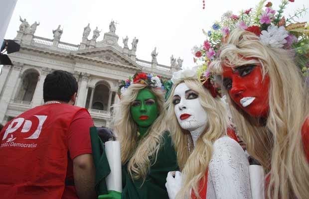 Elas participaram de protesto do Partido Democrático contra o premiê Silvio Berlusconi, em meio à crise financeira por que o país passa (Foto: AP)