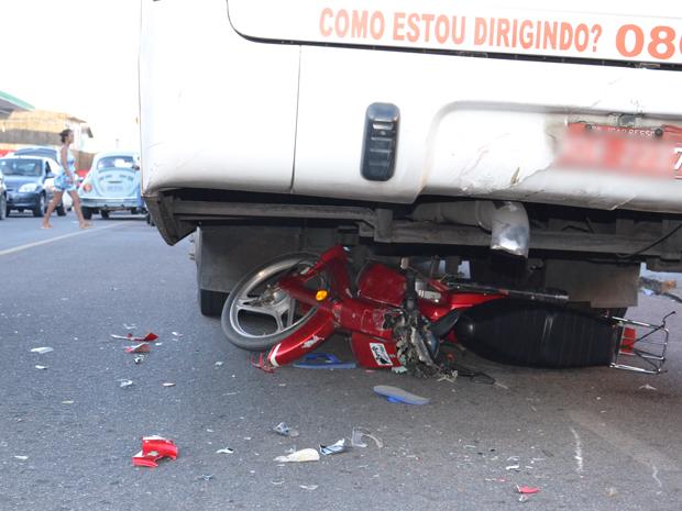 Moto se envolve em acidente com ônibus em João Pessoa  (Foto: Walter Paparazzo/G1)