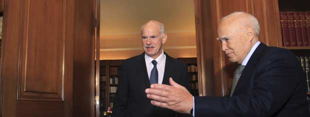 O presidente da Grécia, Carolos Papulias (à direita), recebe o premiê George Papandreou neste sábado (5) (Foto: Reuters)