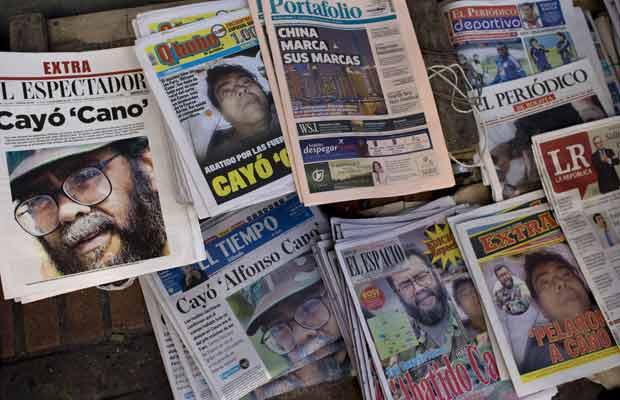 Jornais noticiam neste sábado (5) em Bogotá a morte de Alfonso Cano (Foto: AP)