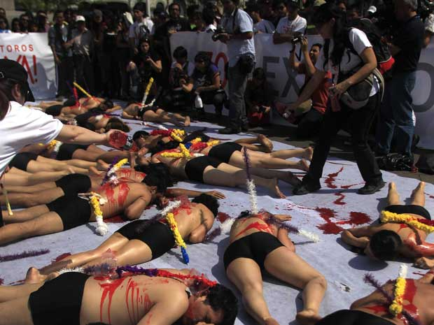 Ao menos 50 pessoas fizeram uma manifestação contra touradas neste sábado (5) em Lima, no Peru, usando tinta vermelha para simbolizar sangue.  (Foto: Pilar Olivares/Reuters)