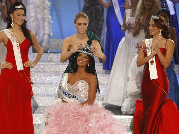 Ivian é coroada enquanto a Miss Filipinas (esquerda), que ficou em 2º lugar, e a Miss Porto Rico, que ficou em 3º, aplaudem (Foto: Kirsty Wigglesworth/AP)