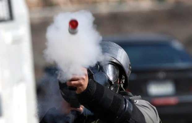 Soldado israelense lança gás contra palestinos durante confrontos em Nabi Saleh, na Cisjordânia, na sexta-feira (4) (Foto: AFP)