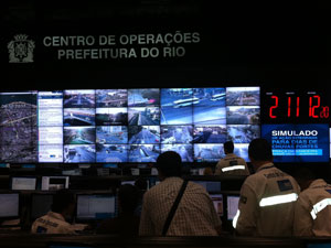 Paes chega ao centro de operações da prefeitura para simulado de enchentes no Rio (Foto: Renata Soares/G1)