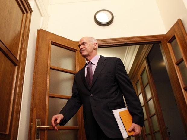 Papandreou chega para uma reunião de gabinete neste domingo (6) no Parlamento, em Atenas (Foto: Kostas Tsironis/AP)