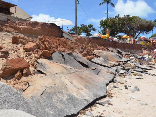 Mar avança e derruba calçada em praia de João Pessoa (Foto: Walter Paparazzo)