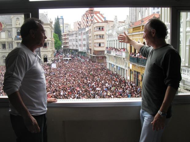 """""""É muito legal. O espirito é muito positivo"""", diz o funcionário público Valter Biscai (à direita). À esquerda da fot, o adminsitrador de empresas, Saad Hamdar (Foto: Bibiana Dionísio G1 PR)"""