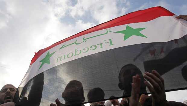 Sírios protestam contra o regime de Bashar al Assad neste domingo (6) em Amã, capital da Jordânia (Foto: Reuters)