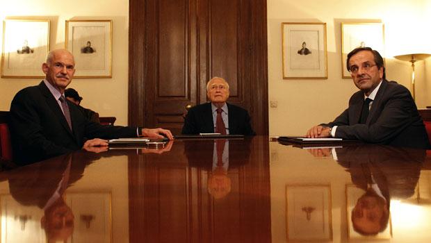 O primeiro-ministro George Papandreou (esquerda), o presidente Karolos Papoulias (centro) e o oposicionista Antonis Samaras se reúnem no palácio presidencial em Atenas neste domingo (6) (Foto: Kostas Tsironis/AP)