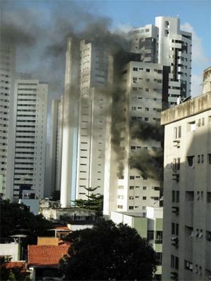 Incêndio foi em prédio próximo ao Laçador, em Boa Viagem. (Foto: Natalie Silva / Arquivo Pessoal)