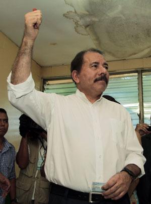 Ortega ergue o braço após depositar seu voto no domingo (6) (Foto: Reuters)