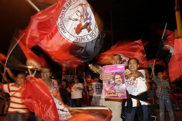 Multidão já comemorava o resultado favorável a Ortega nas ruas de Managua durante a noite (Foto: Reuters)