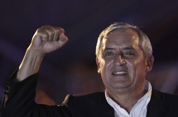 Otto Pérez comemora após anúncio de sua vitória (Foto: Reuters)