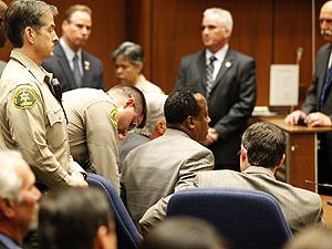 Conrad Murray é algemado após decisão do júri (Foto: AP)