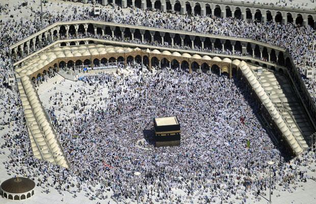 Nesta imagem feita de helicóptero, os peregrinos são vistos caminhando ao redor da Caaba, caixa preta ao centro, no centro da Grande Mesquita, durante a peregrinação anual do Hajj, na cidade saudita de Meca (Foto: Hassan Ammar/AP)