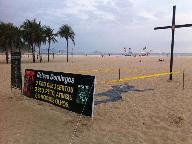 Homenagem a Gelson Domingos, na Praia de Copacabana (Foto: Tássia Thum/G1)