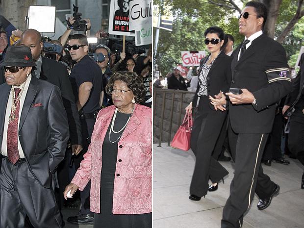 Joe and Katherine Jackson, pais de Michael, chegam à corte para ouvir a senteça, assim como Jermaine, seu irmão (Foto: AP)